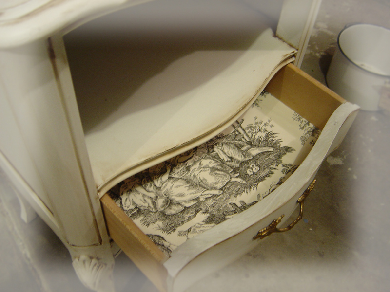 A_toile_night_table_front